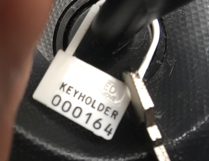 Schlüssel mit Siegel im Auto - Copyright 2019, fesselblog.de